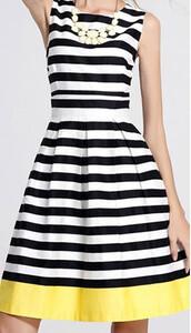 e96d03249b69 Biało-czarna paski rozkloszowana sukienka